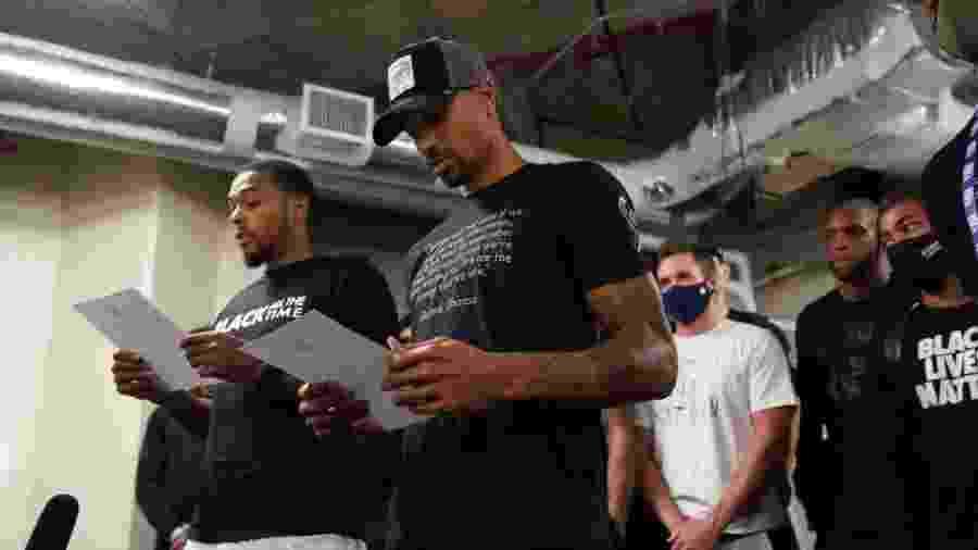 Sterling Brown e George Hill, jogadores do Milwaukee Bucks, leem manifesto após boicotar partida dos playoffs da NBA - Jesse D. Garrabrant/NBAE via Getty Images