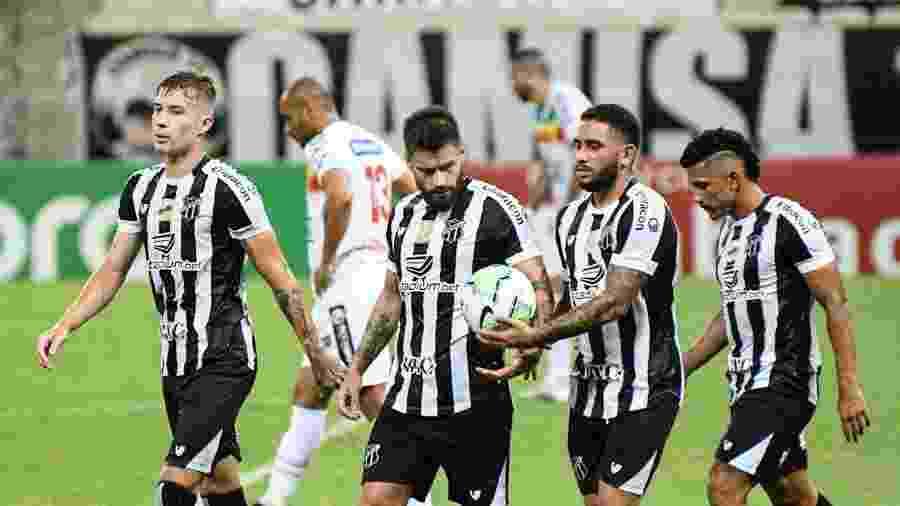 Rafael Sobis comemora gol com companheiros do Ceará em jogo contra o Brusque-SC na Copa do Brasil - Kely Pereira/AGIF