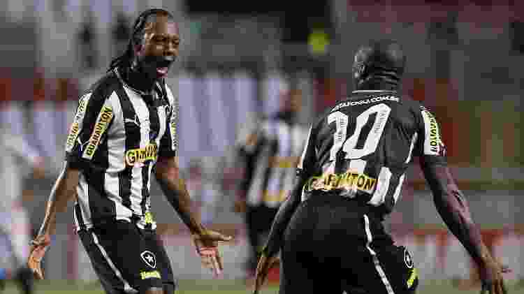 Em 2012, pelo Botafogo, Andrezinho celebra gol com Seedorf - Wagner Meier/AGIF - Wagner Meier/AGIF