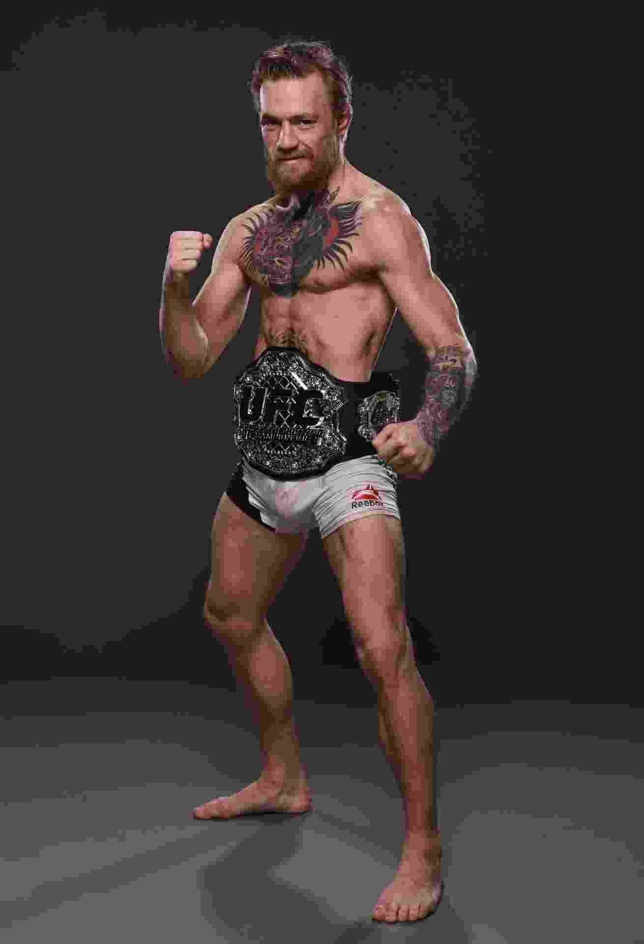 McGregor posa com o cinturão interino dos penas - Getty Images