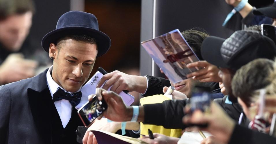 Neymar atende fãs na chegada para a entrega da Bola de Ouro