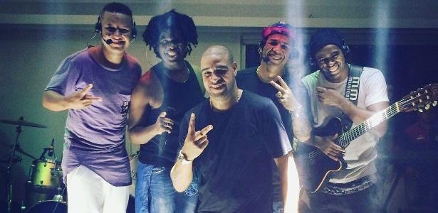 Adriano posa com o grupo Curtindo a Vida, que tocou na sua festa de aniversário