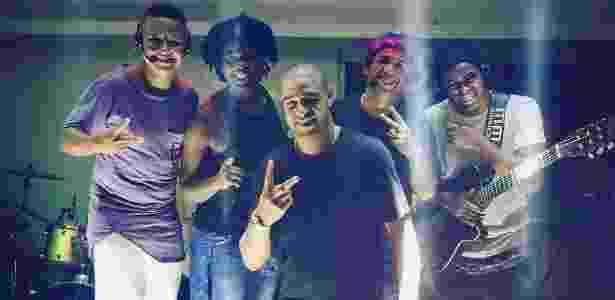 Adriano posa com o grupo Curtindo a Vida, que tocou na sua festa de aniversário - Divulgação