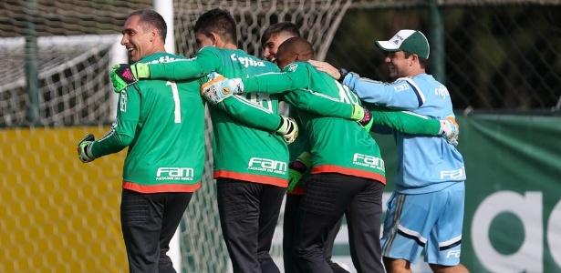 Vinícius ao lado de Prass em treino do Palmeiras: renovação de contrato
