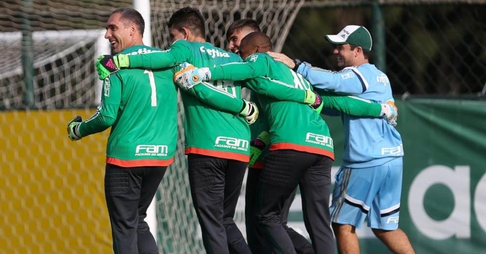 Goleiros do Palmeiras durante treino na Academia de Futebol