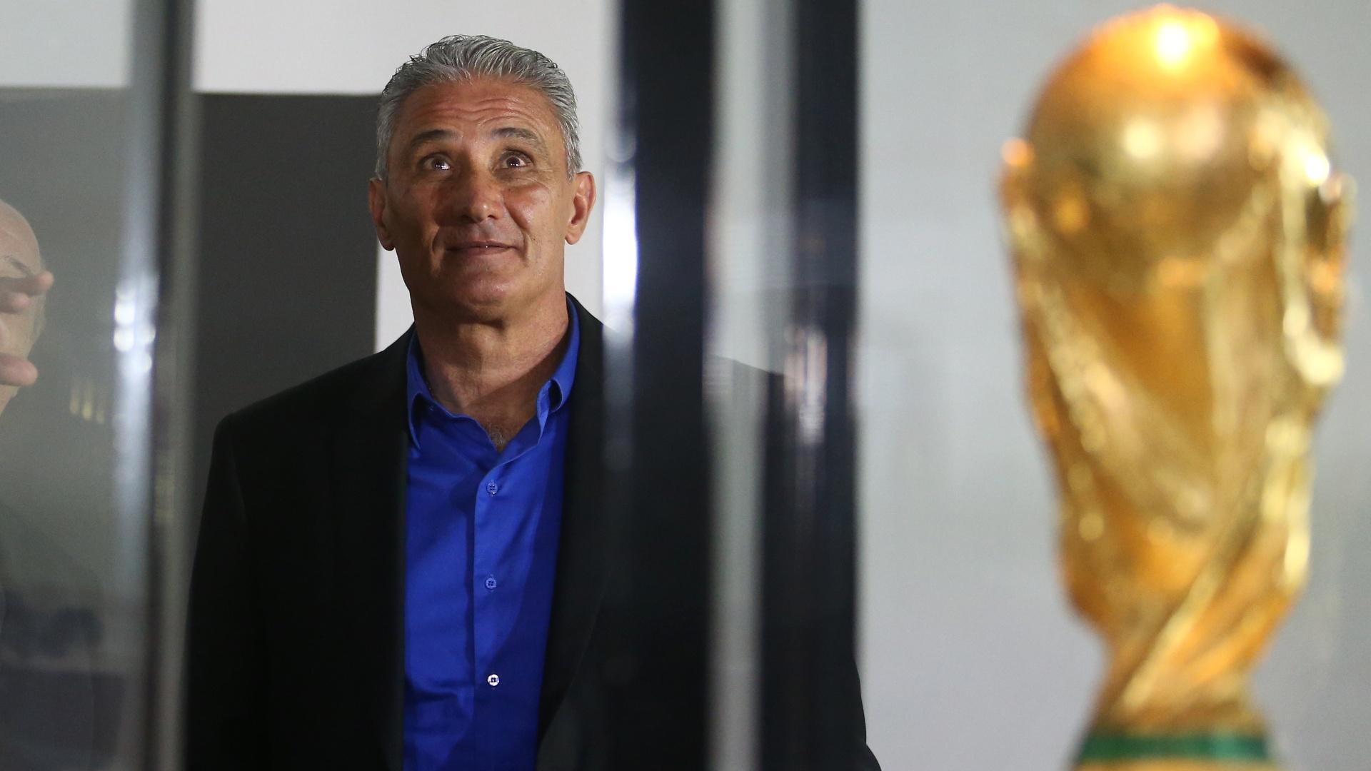 Perto da taça da Copa do Mundo, Tite visita o museu da CBF