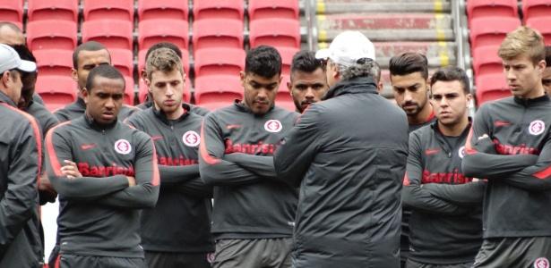 Paulo Roberto Falcão reúne jogadores do Internacional e já está ameaçado