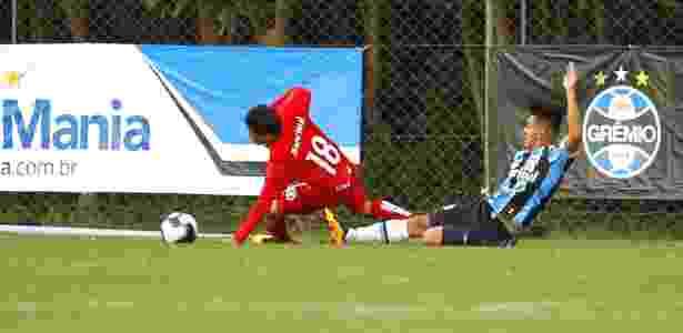 Ezequiel Esperon, de carrinho, tira bola de jogador do Inter em Gre-Nal de base - Divulgação/Soccer House - Divulgação/Soccer House