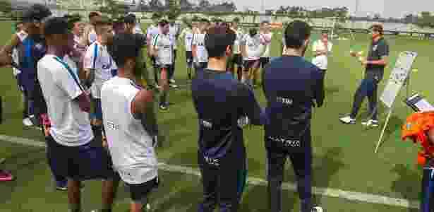 Carille orienta o grupo de jogadores corintianos antes de treino - Daniel Augusto Jr. / Ag. Corinthians