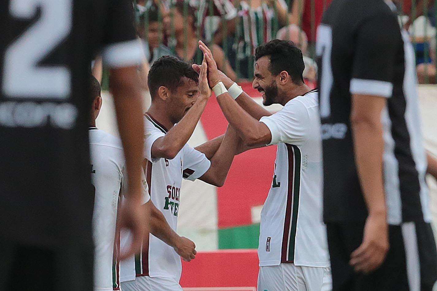 Gustavo Scarpa e Henrique Dourado comemoram gol do Fluminense