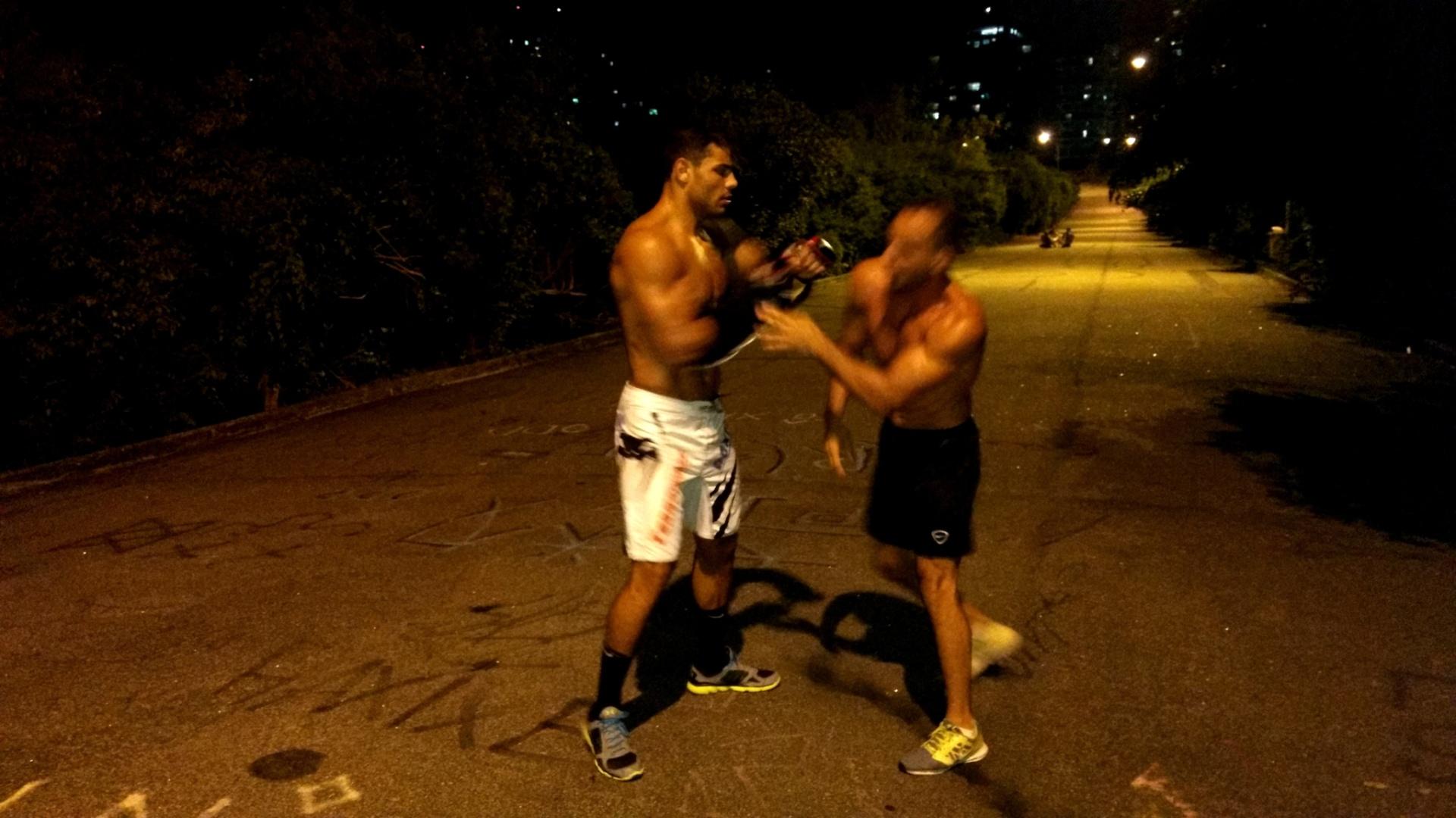 Borrachinha treina na rua para o UFC Fortaleza