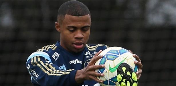 Lucas Taylor foi novidade no treino palmeirense