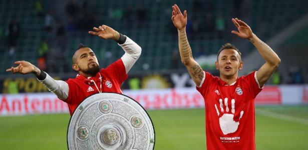 Rafinha comemora com Vidal mais um título do Bayern no Campeonato Alemão