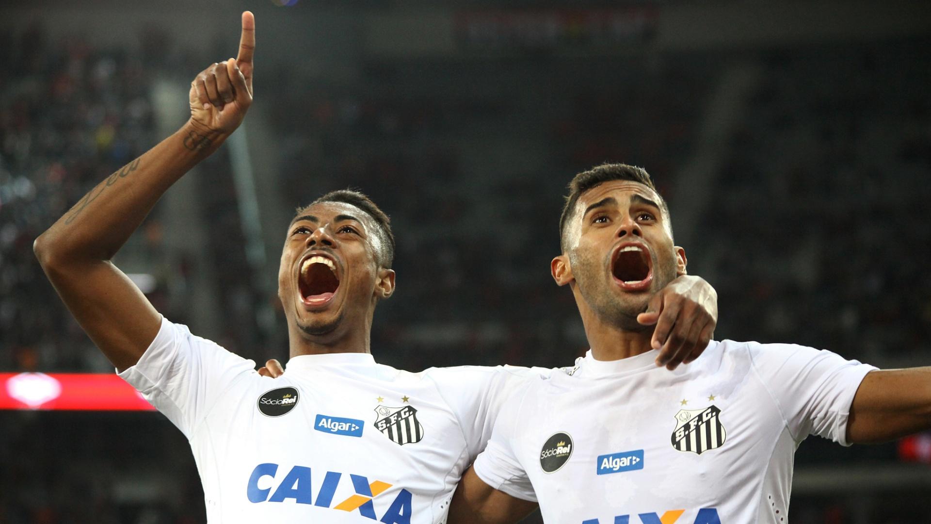 Bruno Henrique e Kayke (dir.) comemoram gol do Santos contra Atlético-PR