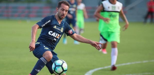 O meia Everton Ribeiro participou bem de jogo-treino contra o Barra da Tijuca