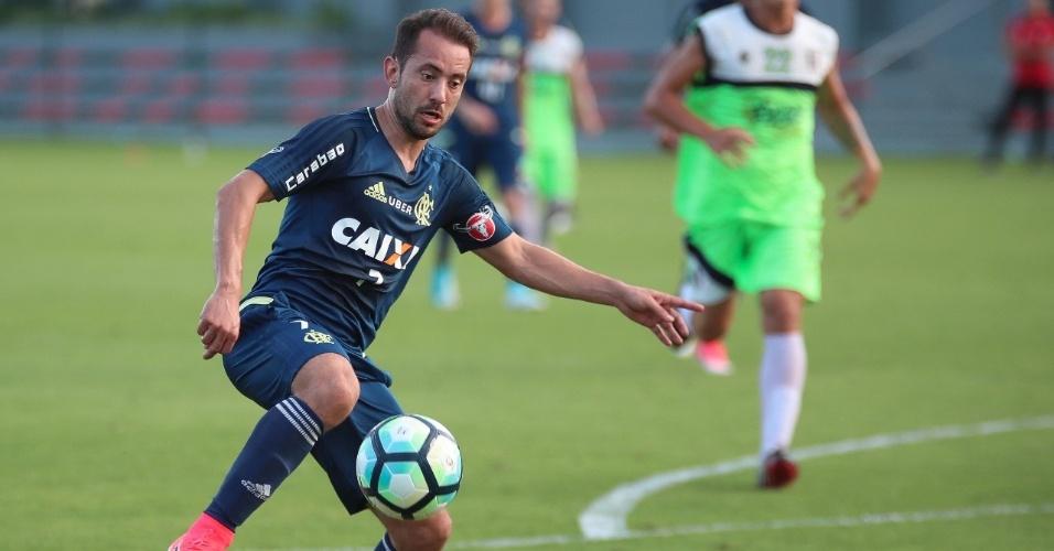 O meia Everton Ribeiro participou bem de de jogo-treino contra o Barra da Tijuca