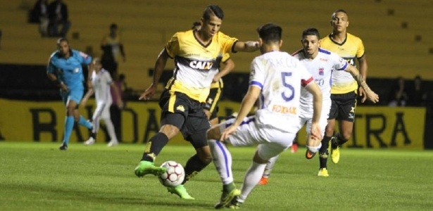 Árbitro Wanderson Sousa (ao fundo) foi duramente criticado pela atuação em Criciúma x Paraná