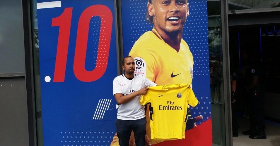 Torcedor exibe camisa de Neymar comprada na loja oficial do PSG