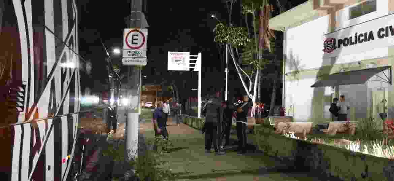 Detalhe do ônibus da delegação da Ponte Preta na porta de uma delegacia de Polícia, onde o elenco foi prestar queixa por conta da agressão sofrida no aeroporto, no dia 25/9 - LUCIANO CLAUDINO/CÓDIGO19/ESTADÃO CONTEÚDO