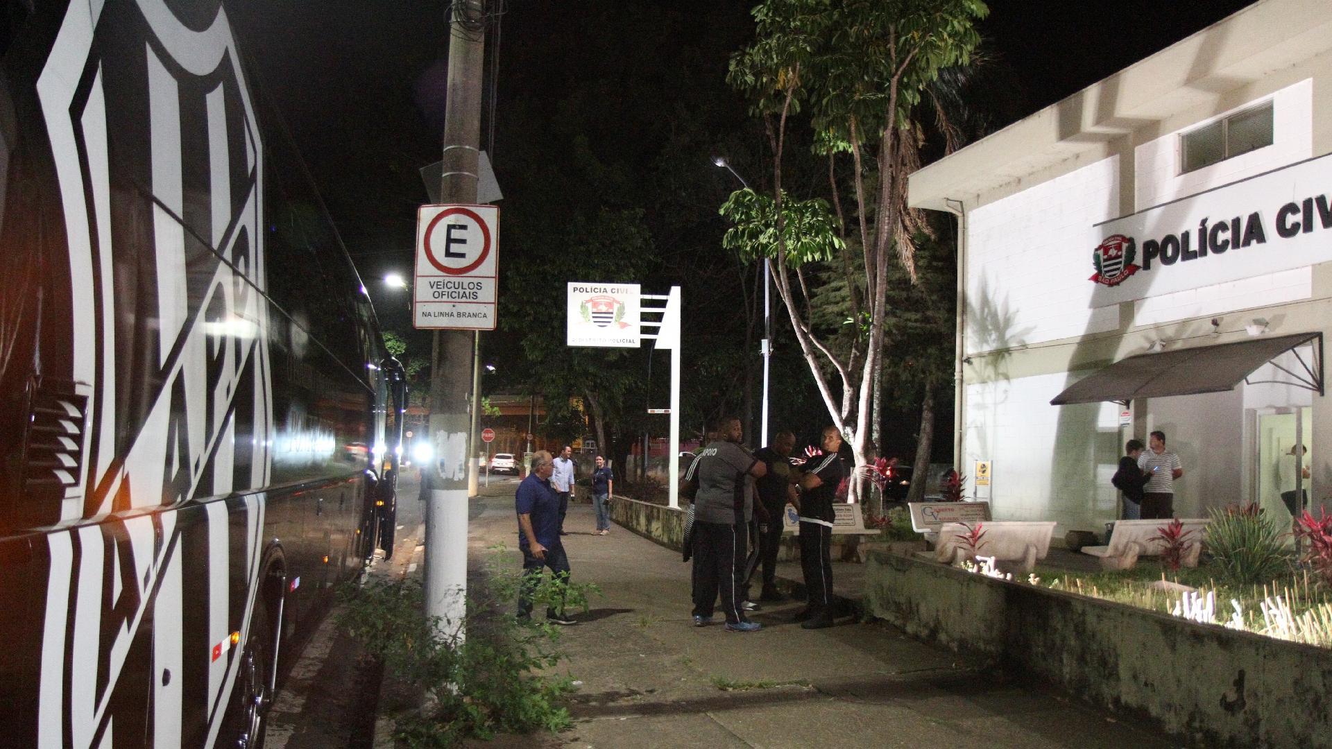 Detalhe do ônibus da delegação da Ponte Preta na porta de uma delegacia de Polícia, onde o elenco foi prestar queixa por conta da agressão sofrida no aeroporto, no dia 25/9