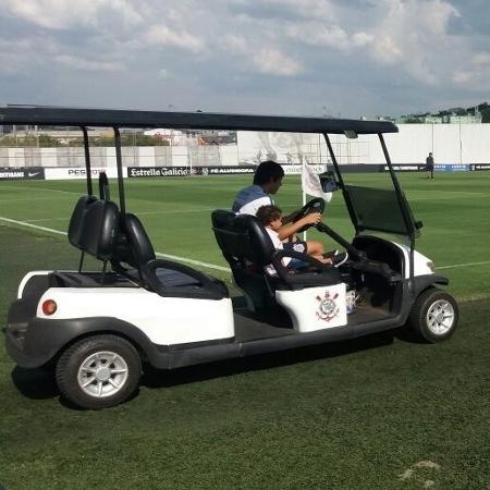 Romero, atacante do Corinthians, passeia no carrinho elétrico do CT alvinegro - Diego Salgado/UOL