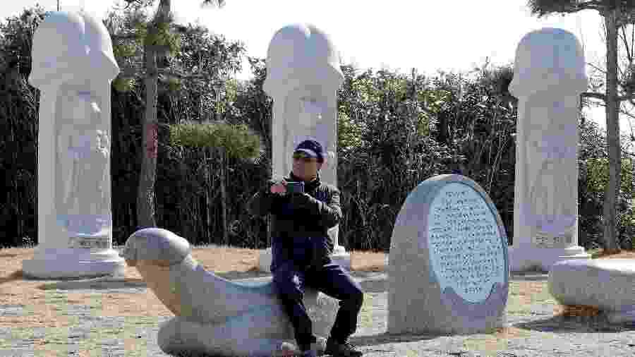 """Turista visita o Haeshindang Park, onde fica o conhecido """"Penis Park"""" - Eric Gaillard/Reuters"""