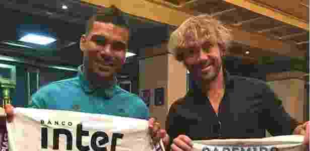 Casemiro ganhou uma camisa do São Paulo e retribuiu com uma do Real Madrid - Reprodução/Instagram