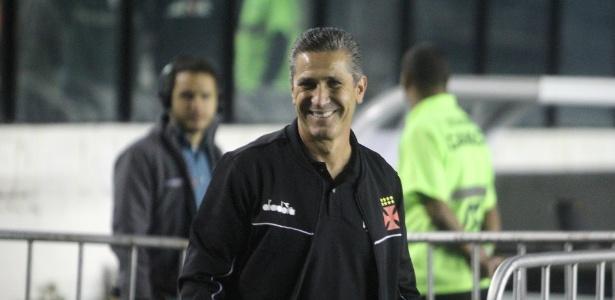 Jorginho sorridente em sua reestreia pelo Vasco com vitória sobre o Sport