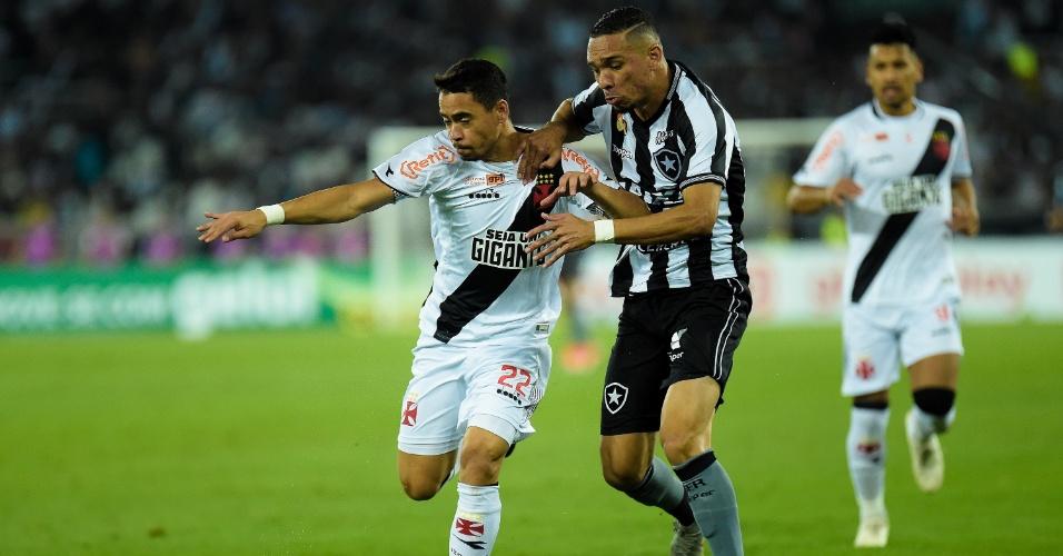 Luiz Fernando e Yago Pikachu disputam bola durante clássico entre Botafogo e Vasco