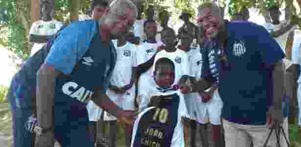 04a9fd37eb Ídolos do Santos visitam menino africano que viralizou com camisa do clube