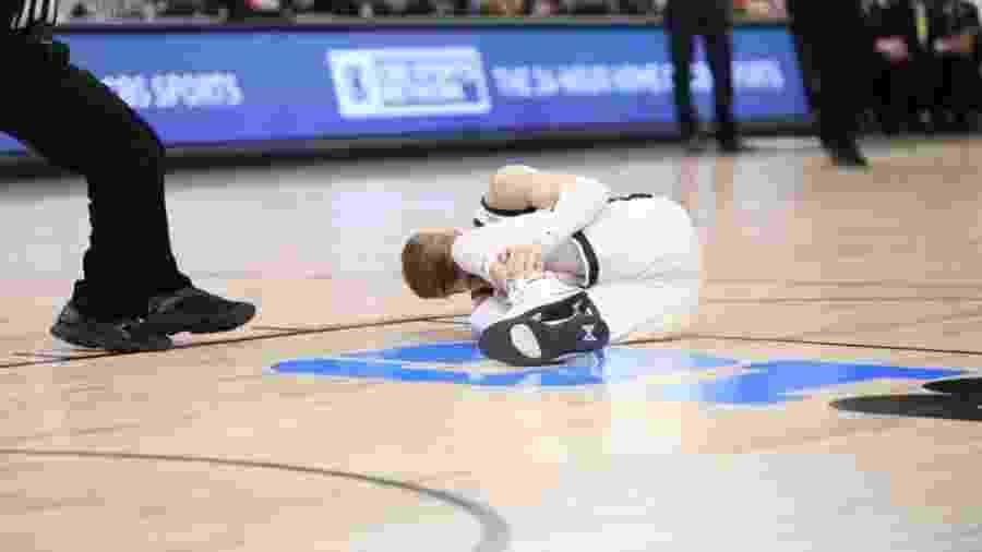 Kyle Ahrens torceu o tornozelo após aterrissar em quadra - Reprodução/Twitter