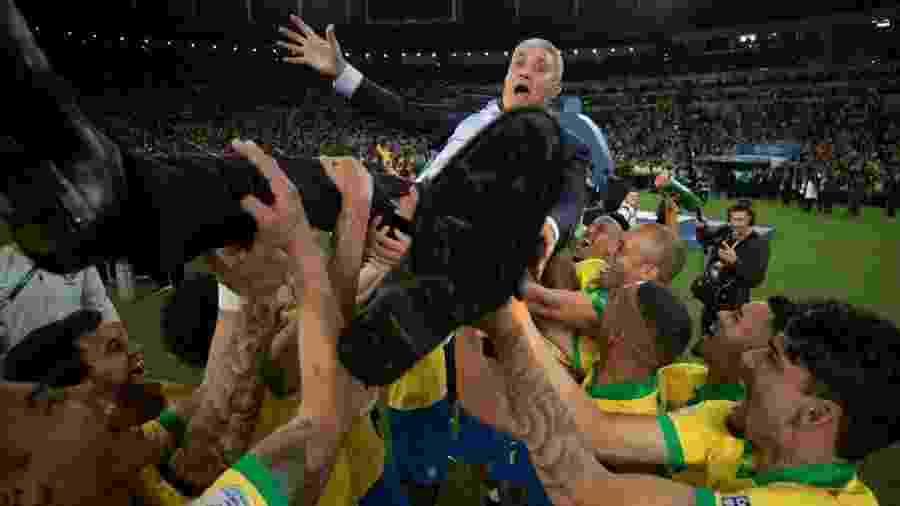 Tite é lançado para o alto pelos jogadores após a conquista da Copa América - Lucas Figueiredo/CBF