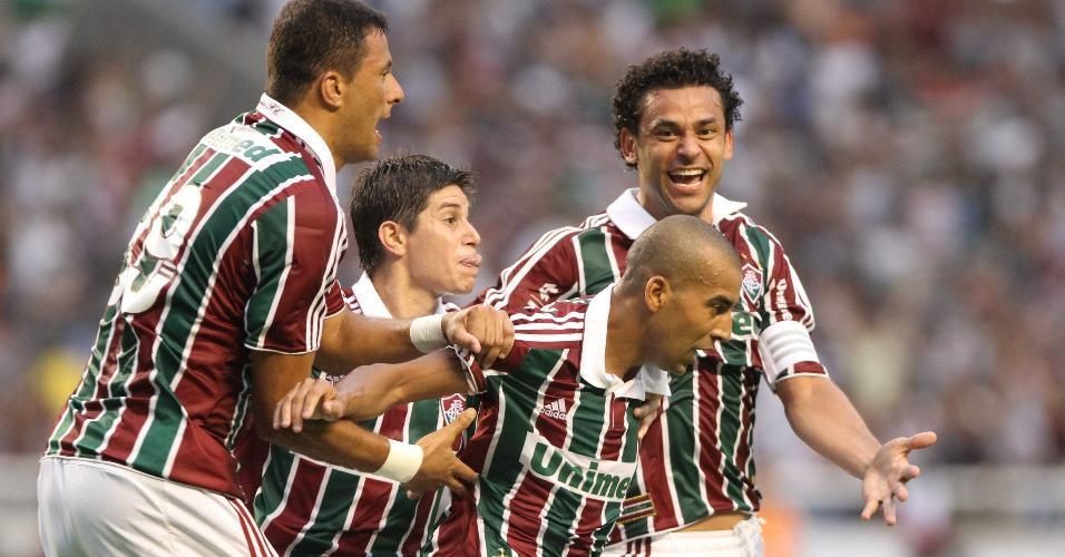 Jogadores do Fluminense comemoram gol contra o Guarani, que garantiu o título brasileiro de 2010