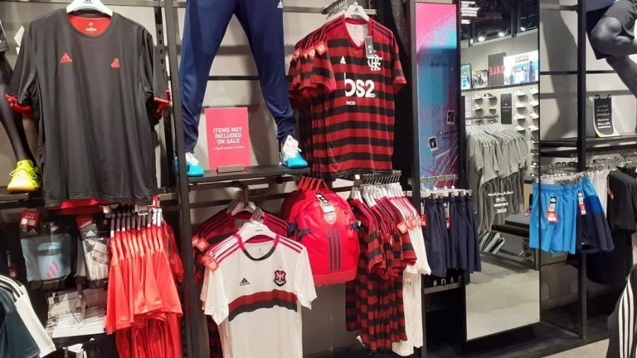 Camisas do Flamengo são encontradas em lojas da fornecedora em Doha, no Qatar - Leo Burlá / UOL
