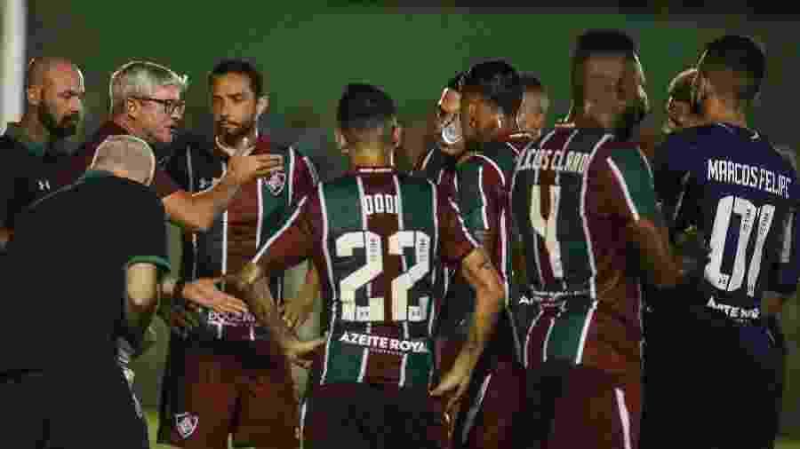 Odair Hellmann passa instruções aos jogadores do Fluminense, em partida contra Cabofriense - FOTO: Lucas Merçon / Fluminense F.C.