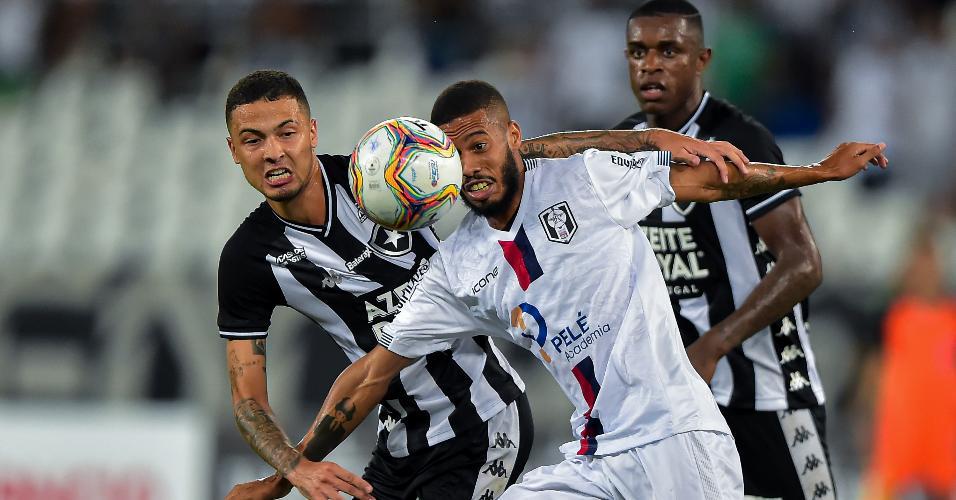 Thiaguinho, do Botafogo, disputa bola com Wescley, do Resende