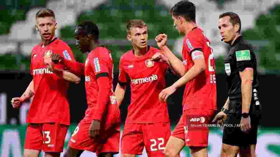Kai Havertz, meia do Bayer Leverkusen, comemora o gol com seus companheiros de equipe em jogo contra Werder Bremen  - Stuart FRANKLIN / POOL / AFP