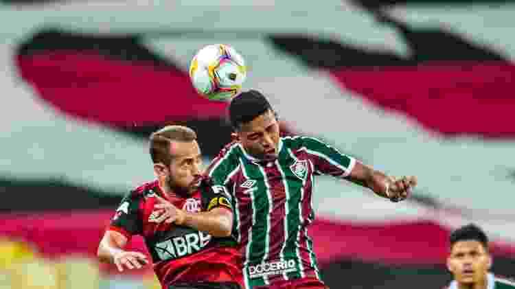 Everton Ribeiro, do Flamengo, disputa lance com adversário do Fluminense na final do Campeonato Carioca 2020 - Marcelo Cortes / Flamengo - Marcelo Cortes / Flamengo