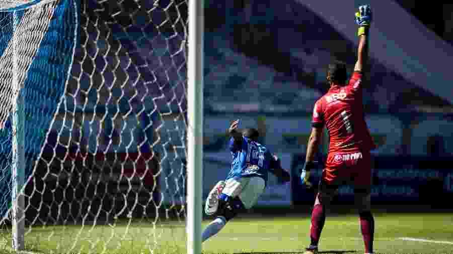 Cacá, zagueiro do Cruzeiro, celebra gol diante da URT - Bruno Haddad/Cruzeiro