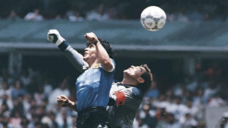 """""""Foi com a cabeça de Maradona, mas com a mão de Deus"""", declarou o jogador após polêmica partida - Getty Images"""