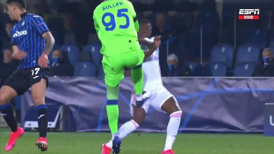 Vinícius Jr sofre entrada violenta de goleiro da Atalanta na Champions League - Transmissão ESPN