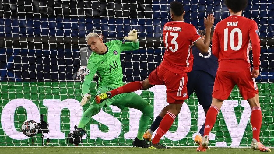 Eric Maxim Choupo-Moting marca gol para o Bayern no goleiro Navas, do PSG, pela segunda partida das quartas de final da Champions League - FRANCK FIFE/AFP