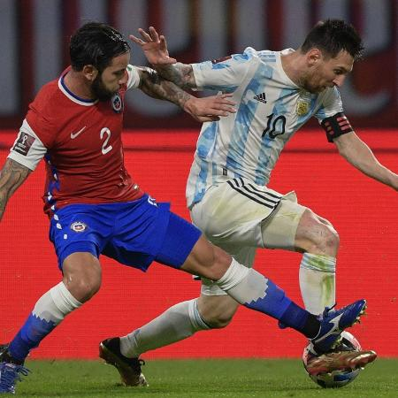 Lionel Messi disputa a bola com Mena - JUAN MABROMATA/AFP