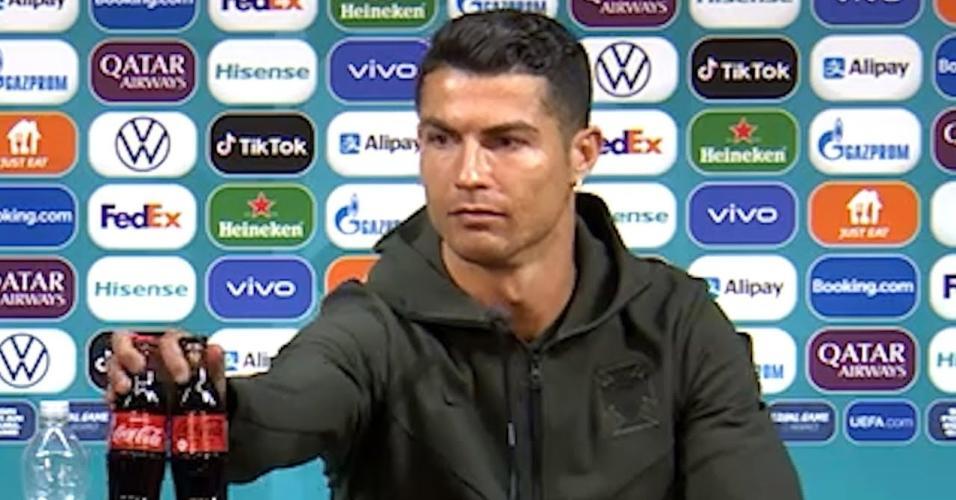 Cristiano Ronaldo move garrafa de água