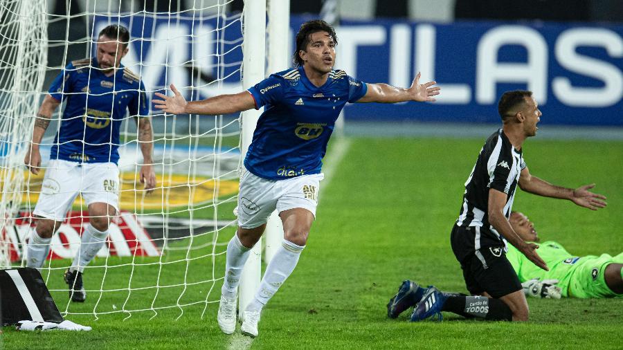Marcelo Moreno comemora um dos seus gols no duelo do Cruzeiro com o Botafogo, no Nílton Santos, pela Série B - Jorge Rodrigues/Jorge Rodrigues/AGIF