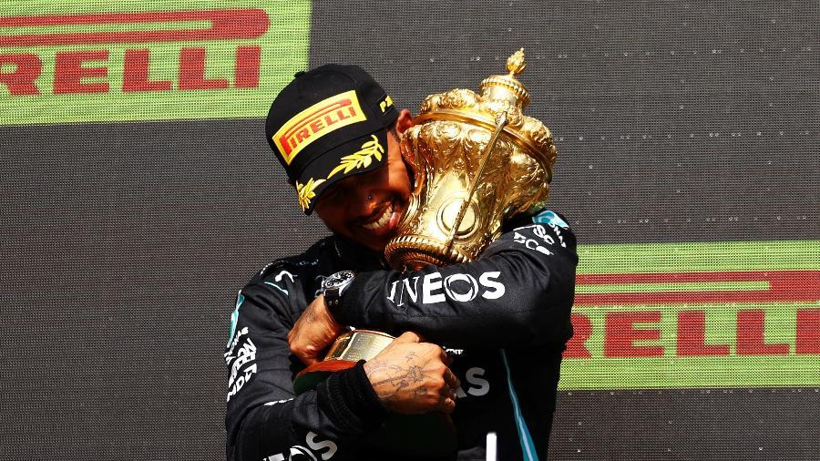 Lewis Hamilton celebra no pódio a vitória no GP Silverstone de Fórmula 1 em 2021 - Bryn Lennon/Formula 1  via Getty Images