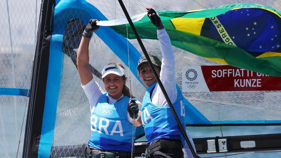 Martine Grael e Kahena Kunze comemoram bicampeonato olímpico na Baía de Enoshima - Clive Mason/Getty Images