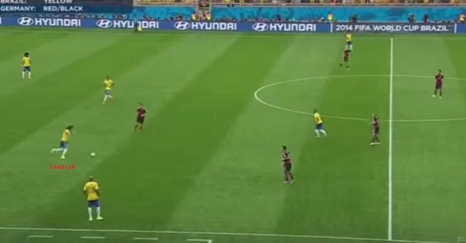 Se a saída de bola não funciona, qual é a alternativa? A ligação direta. Essa tentativa de David Luiz que você vê foi só a primeira de 17 que seriam tentadas ao longo da partida. Ao todo, só seis encontraram um jogador do Brasil. Cinco dos chutões foram dados antes do primeiro gol da Alemanha, ou seja, a seleção já estava desorganizada e sem opção de jogo antes mesmo de ser vazada, o que mina a tese do apagão.