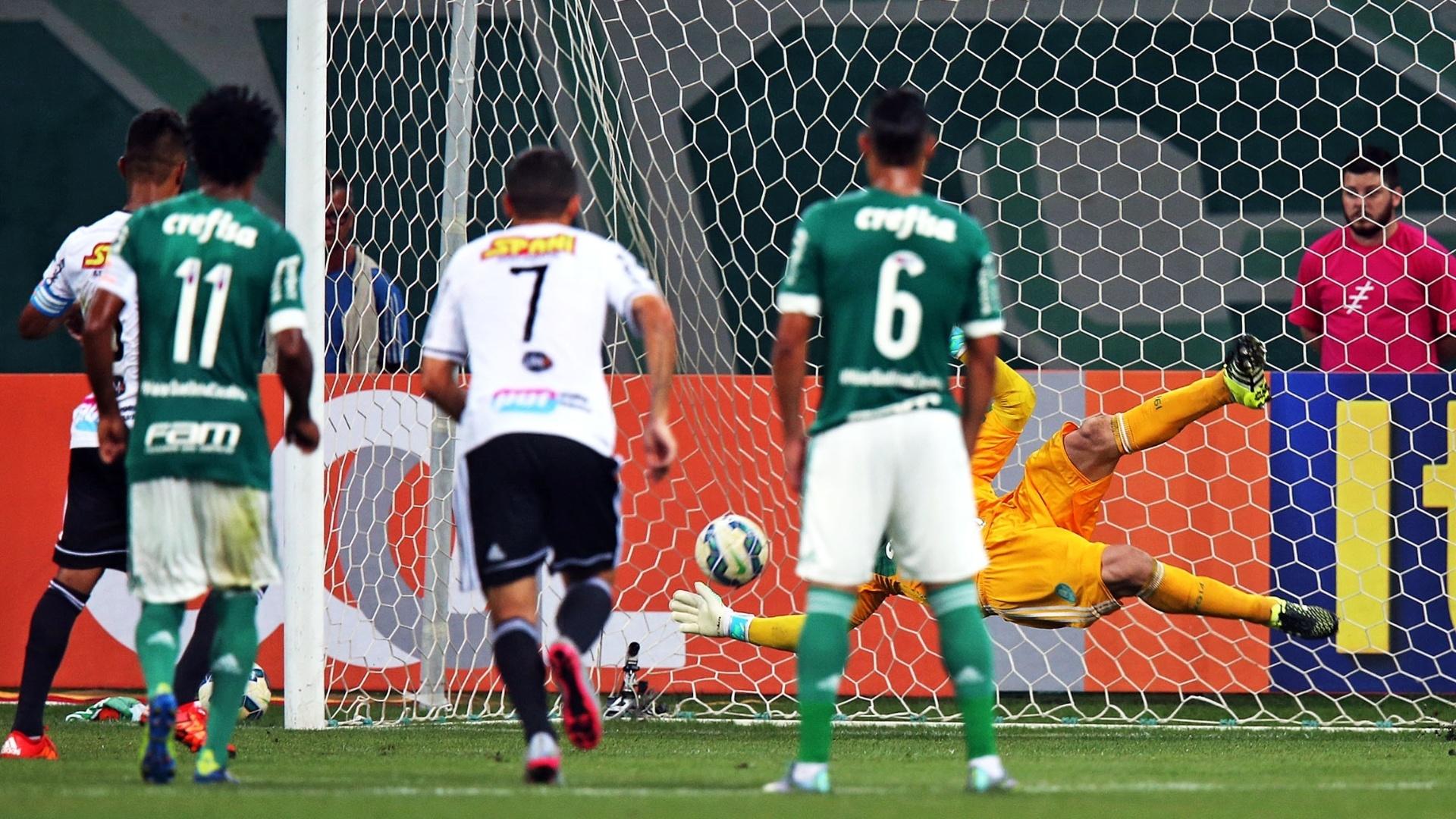 Fernando Bob abre o placar para a Ponte Preta contra o Palmeiras após cobrança de pênalti