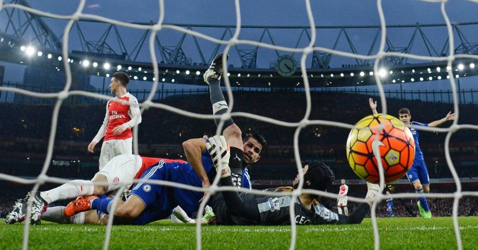 24.jan.2016 - Diego Costa supera o goleiro Petr Cech para marcar o primeiro gol do Chelsea no clássico contra o Arsenal
